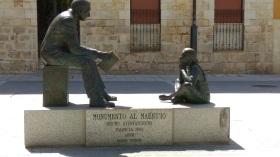 Monumento con niña